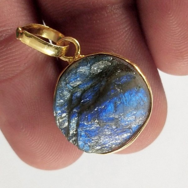 13CTS Gold Plated Labradorite Druzy gemstone Round Pendant Size 19x15mm.